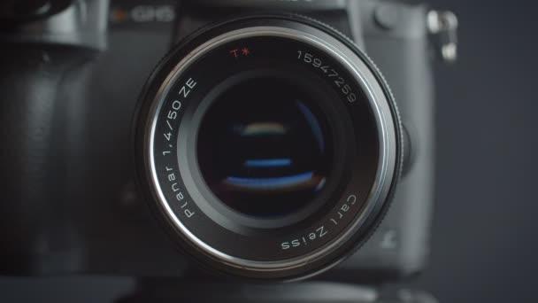 Közelkép shot a cél a photocamera kék reflexiók benne.