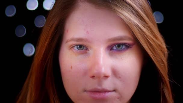 Střílejí z mladého, přitažlivého bělošského obličeje s napůl aplikovatelským make-upem přímo na kameře