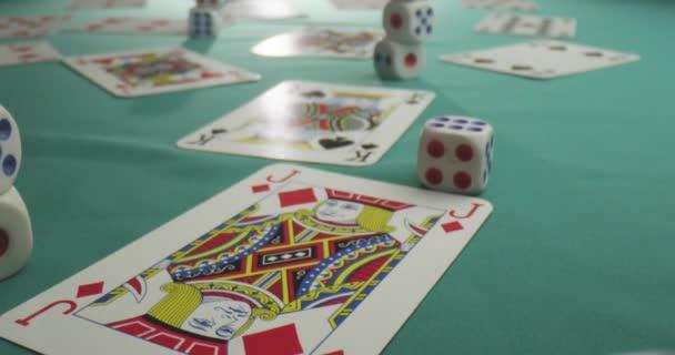 Closeup tiro di carte e dadi per il gioco dazzardo e poker che giace sul tavolo nel casinò