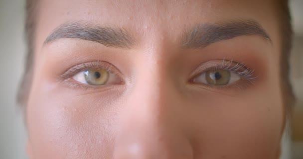 Closeup portré fiatal vonzó női arc szemmel néztem kamera mosolygó arckifejezés