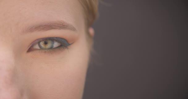 Vértes fél arcképe a fiatal szép kaukázusi női arc szemmel nézett kamera vidám kifejezés háttérrel izolált szürke