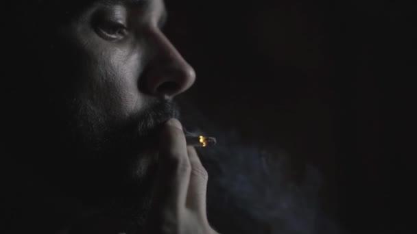 A dohányzás lassú ember portréja