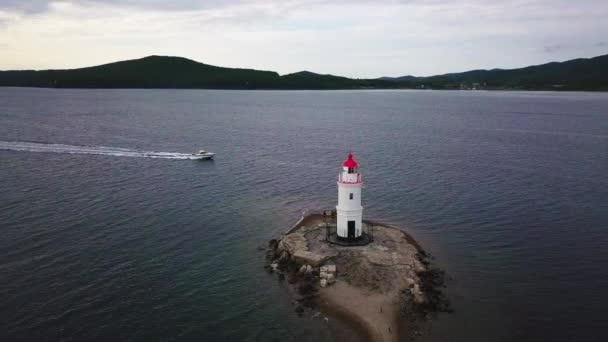 Vzdušné letní pohled Tokarevskiy maják - jeden z nejstarších majáky na Dálném východě, stále důležité navigační struktura a populárních zajímavostí města Vladivostok, Rusko