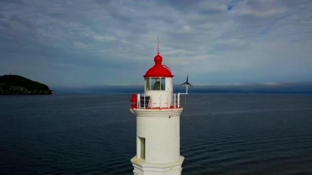 Vzdušné letní pohled Tokarevskiy maják - jeden z nejstarších majáky na Dálném východě, stále důležité navigační struktura a populárních zajímavostí města Vladivostok, Rusko.