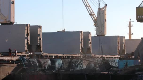 folyamat szén betöltése tömeges teherszállító hajó által nagy rakomány daru
