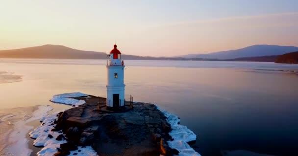 obere Luftaufnahme des Tokarev Leuchtturms in Wladiwostok. befindet sich der Leuchtturm im peter, der großen bucht des goldenen horns. einer der ältesten Leuchttürme des Fernen Ostens.