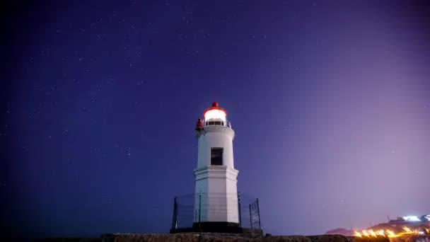 A tokarevsky világítótorony, Vlagyivosztok. Idő körök. Tokarev világítótorony a háttérben a csillagos ég és a tompított meteorit patak Gemenida