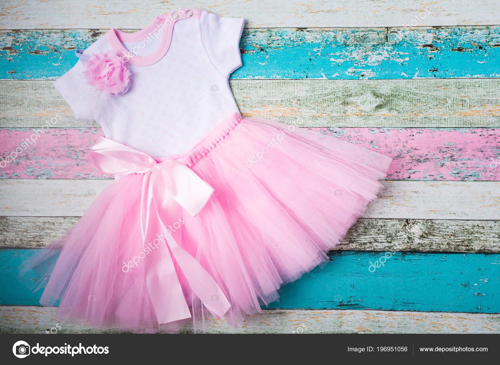 9244aebbe3 Baba szett - rózsaszín tüll szoknya, fehér Body kőr és egy gyönyörű  rózsaszín fejpánt mint pasztell fából készült háttér — Fotó szerzőtől ...