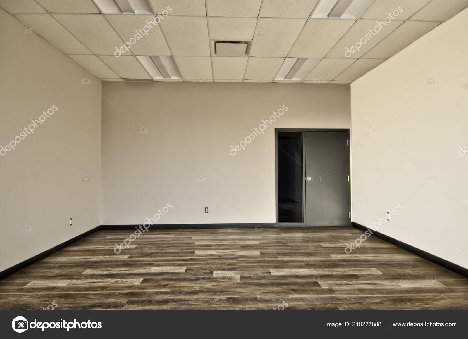Pareti Beige E Grigio : Interni ufficio vuoto camera pavimento legno pareti beige grigio