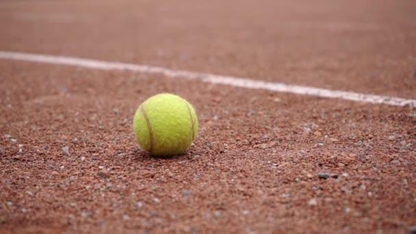 Tenisový míč ležící na nádvoří, ruční Střelba.