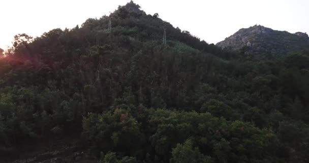 Vzestupná horská vesnice řeka ve slunečním světle