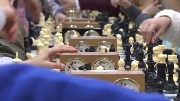 Dětské ruky hraje šachy