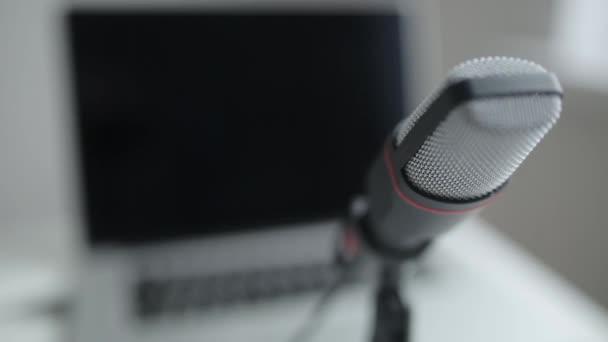 Mikrofon zur Aufnahme von Stimuli und Sendungen. Makro- und Lauffokus im Rahmen.