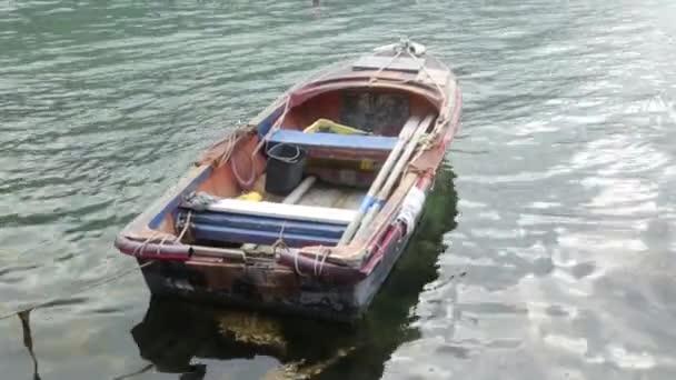 Horgászcsónak ringató a hullámok. Tájak és tenger Montenegróban, halászat.