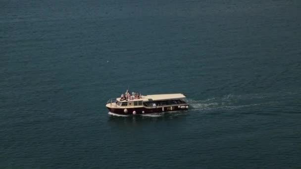 Části rybářské a turistické jachty na vlnách. Moře a krajina v Černé hoře.