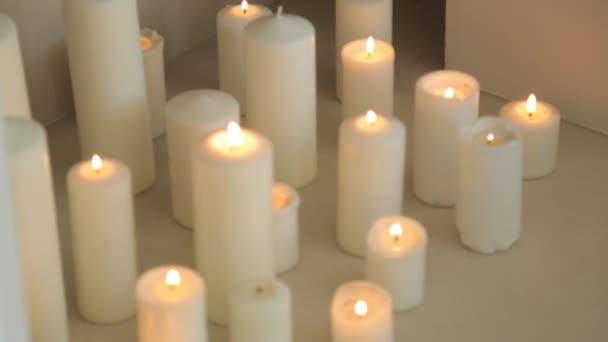 Dekorativní svíčky na dovolenou. Fotografické studio zdobené hořícími svíčkami.