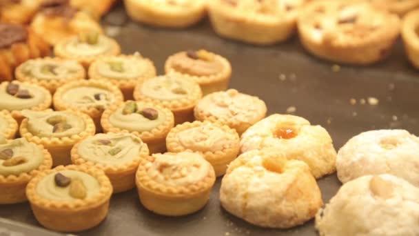 cupcakes csokoládé fagyosan. muffinok a pult a boltban.