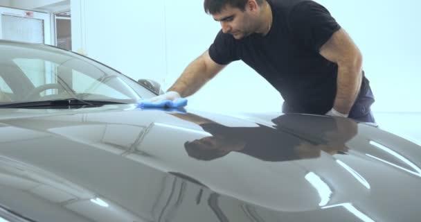 Zaměstnanec je profesionál, který si leje černý automobil, opravuje auta, dětská auta, mytí aut, servis, profesionální Car keramický pracovník aplikuje keramickou vrstvu (ochrannou pláštěnku) na oknech aut. Koncepce: Nano Protection, různé akces
