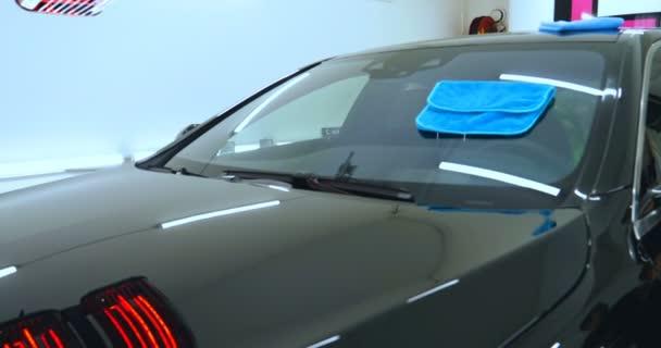 Suché čištění černých rohoží pro automobily, vysavač odstraňuje nečistoty, růžové gumové rukavice, mytí aut. Automobilka Car keramika aplikuje na okna auta keramickou vrstvu (ochrannou pláštěnku). Koncepce: Nano Protection, různé příslušenství, ochrana