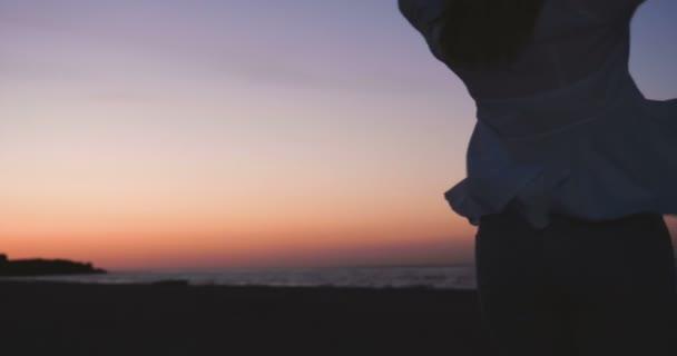 Romantikus házaspár ellazítja a strandon, hogy a kávé a tüzet. És élvezi az élet, megcsodáló naplemente a tenger felett. Csodálatos utazás a tengerparton. Háttérvilágítás, pár Nyári nyaralás bort inni a tengerre étterem naplementekor.