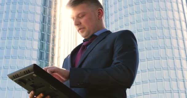 Egy fiatal (férfi) építész, egy munkaruhás üzletember, egy dzsekiben egy táblagéppel (mobiltelefonnal) a kezében ellenőrzi az építkezést és az üzlethelyiséget különböző akciókkal..