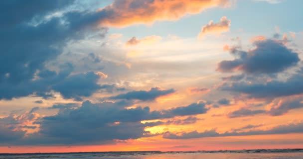 Nádherné vycházející slunce na pozadí moře (oceán) a nebe, vlny a západu slunce
