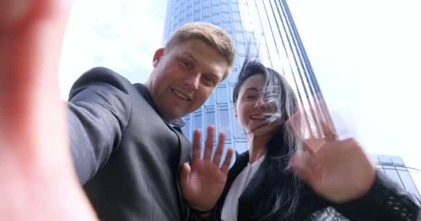 Fun Mladý pár Berou Selfie s mobilním telefonem na pozadí mrakodrapu. Koncept: Suite, Business, Pár, Architektura, Smartphone, Životní styl, 5g síť.