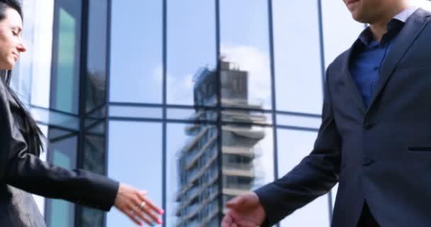 Zblízka podnikatelka a obchodník potřást rukou Obchodní partnerství. Koncepce: Mrakodrap, Zabývat, Obchodní budova, Architekt, Životní styl.