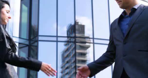 Zavřít businessu a obchodníka potřást si rukou obchodní partnerství. Koncepce: mrakodrap, obchod, budova podniku, architekt, životní styl.