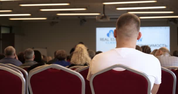 Verschwommenheit von Geschäftskonferenz und Präsentation im verschwommenen Hintergrund der Konzertbeleuchtung im Konferenzsaal.