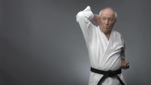 Szürke alapon, egy öreg férfi atléta gyakorol egy fúvós könyököt.