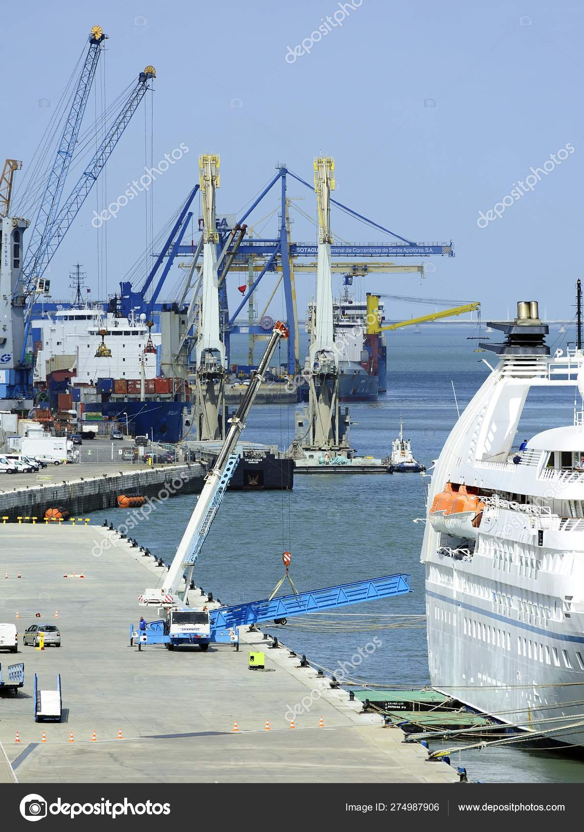 Mobile crane lifting the gangway from the ship – Стоковое