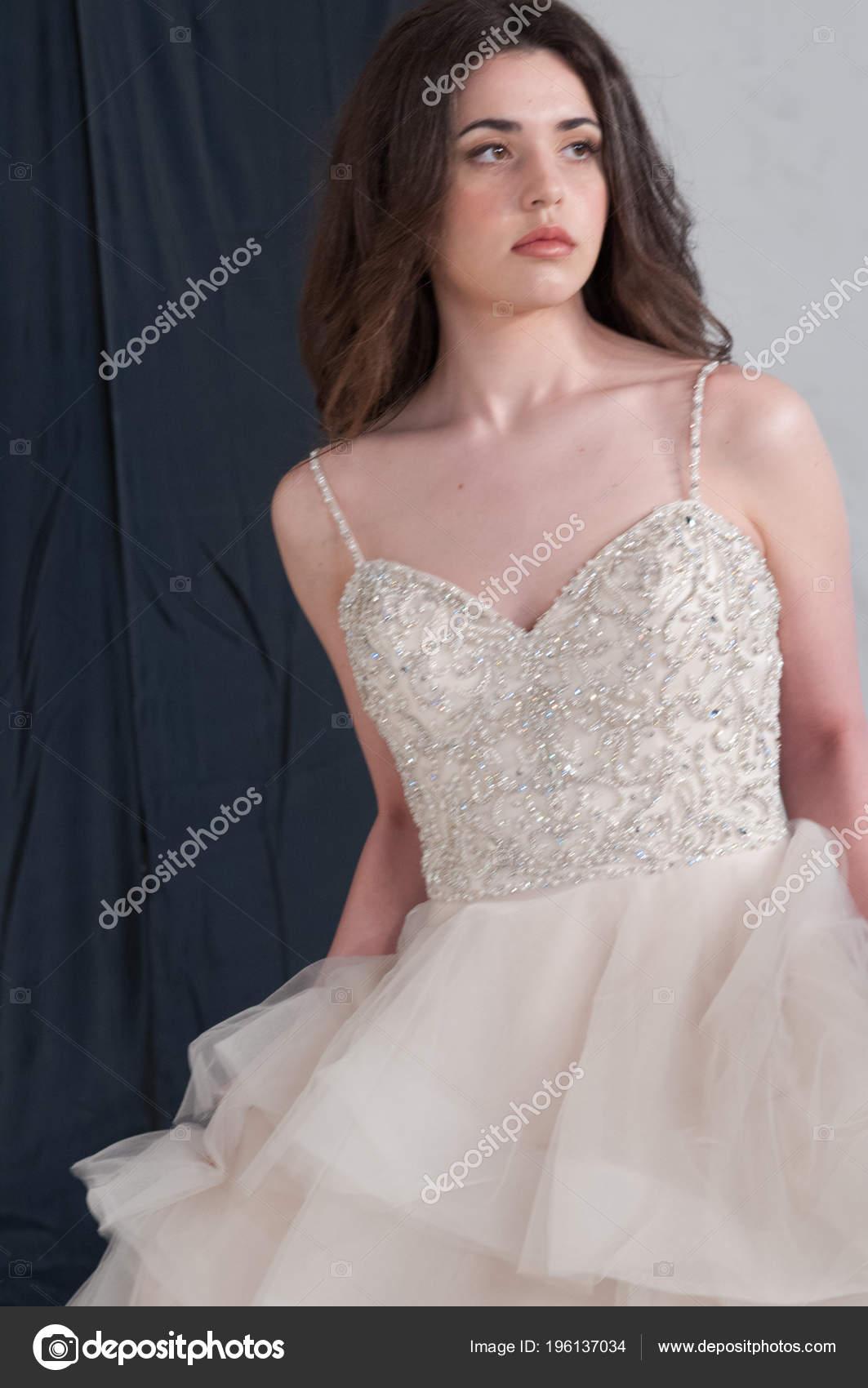 10e93e8079ea Νεαρή νύφη φορώντας γάμο φόρεμα νύφη ιβουάρ Δαντελένιο μπούστο διακοσμημένο  με χάντρες