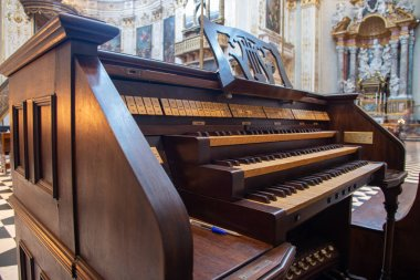 Ancient organ inside a church. The pump organ, pipe organ, harmonium or melodeon is a type of free-form organ that generates sound when air flows past a vibrating piece of thin metal into a frame.