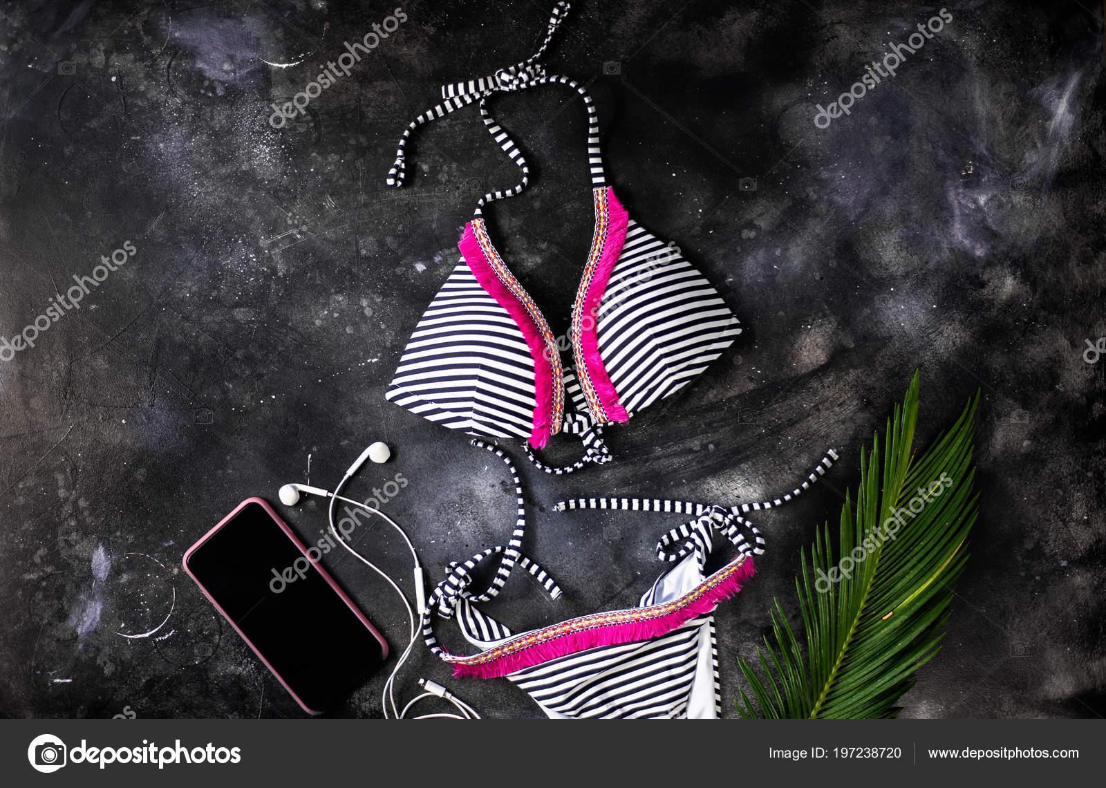 3ad50aacc0411f Feminino verão biquini maiô e acessórios vista superior em fundo de ...