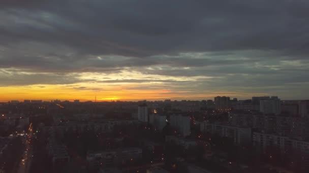 Este város, légi panoráma szépsége napnyugta és drámai ég
