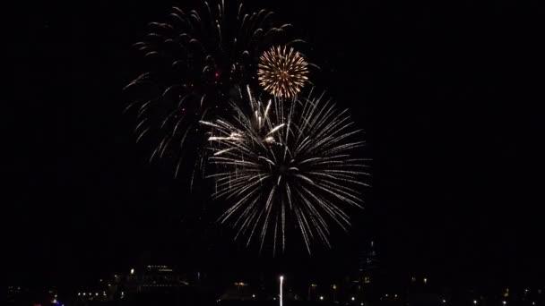 Feuerwerk explodiert über einem Hafen auf See