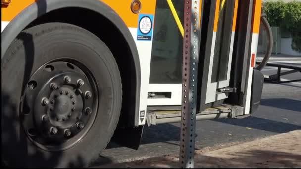 Egy városi busz közelsége, az ajtók bezárásával