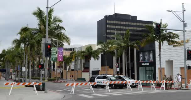 Beverly Hills, CA / USA - 7. června 2020: Barikády, policejní auta a Národní garda uzavírají Rodeo Drive po rozsáhlém rabování během protestů Black Lives Matter