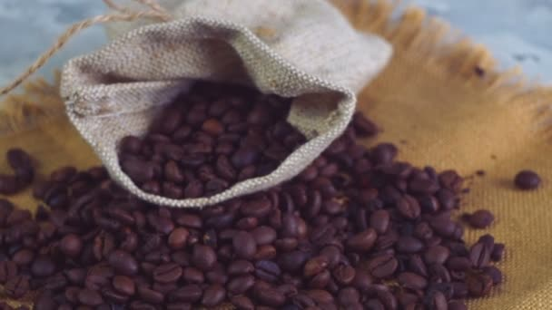 Bens pražené kávy, na sáčku tkanina