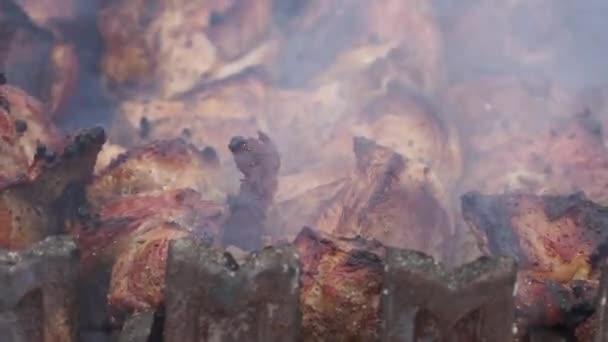 Grill hús grillezésre a szénnel. Ízletes sült hús. Vértes.