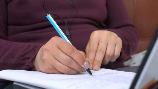 Vértes üzletasszony írja egy tollat, egy notebook, laptop billentyűzet.