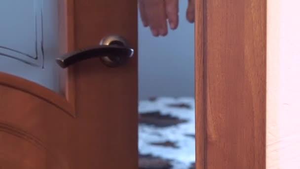 Muži a ženy otevřít dveře a vejde do místnosti