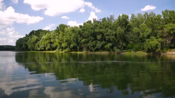 Letní krajina s řekou. Dněstr řeka, Moldavsko.