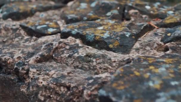 Pohyb kamery, podél zdi z přírodního kamene, plot