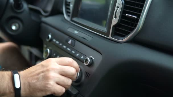 Optimalizace hlasitosti rádia. Detail ruční nastavení hlasitosti rádia auto