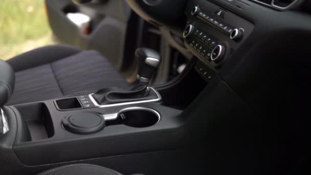 záběry z vozidla řadicí páky, moderní auto v salónu auta