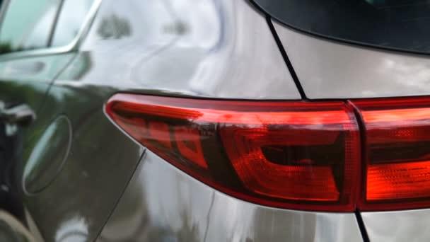 Moderní auto exteriér, dolly záběr auto světlometu.