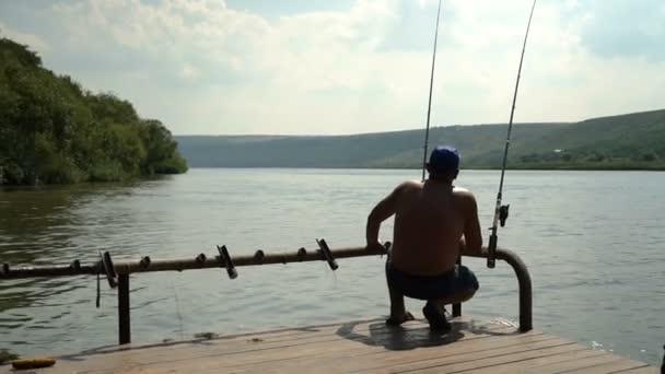 Horgászat a folyó. A folyó a deckof hajón Horgászbottal halász