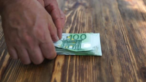 Muž počítání Euro bankovky